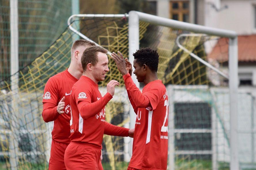 Tim Ihling und Mahamud Bah bejubeln zusammen mit Norman Both einen seiner fünf Treffer.