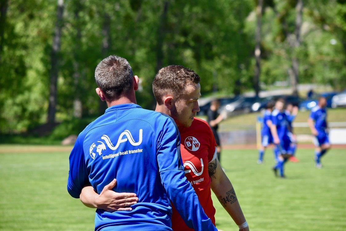 Peet Schmidt nach seiner Auswechselung mit Trainer Andy Eisfeld.