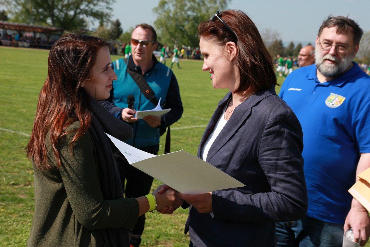 Julia Ritter bekommt von Landrätin Antje Hochwind-Schneider ihre verdiente Urkunde überreicht.
