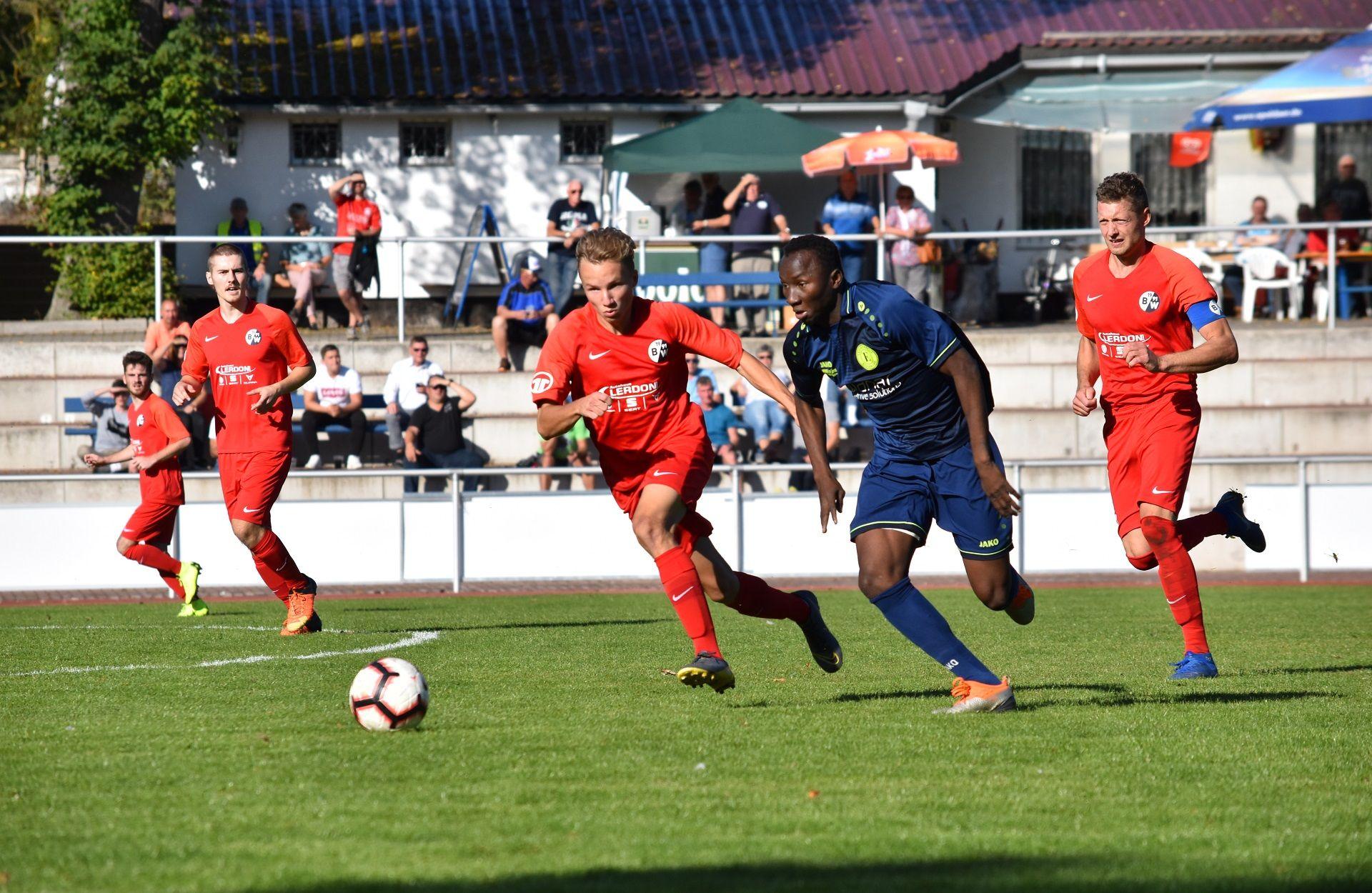Tobias Pusch (vorne) gab sein Verbandsliga Debüt. Erik Siebenhüner (hinten) stand nach langer Verletzungspause ebenfalls wieder auf dem Platz.