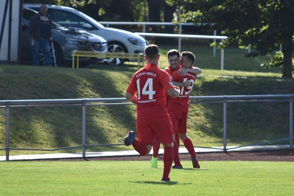 Niklas Hennig wird für seinen ersten Treffer in der Thüringenliga bejubelt.